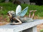 Rottenecker BronzefigurFee liegend mit Kleeblatt