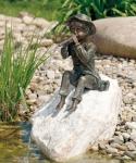 Rottenecker Bronzefigur Toni mit Rosario Findling, wasserspeiend