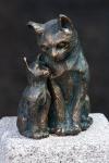 Rottenecker Bronzefigur Schmusekatze mit Kieselstein