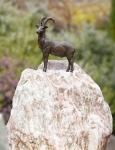 Rottenecker Bronzefigur Steinbock mit Rosario Findling