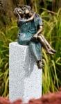 Rottenecker Bronzefigur Junges Glück mit Granitsäule