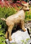 Rottenecker Bronzefigur Geislein, kletternd mit Granitfindling