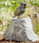 Rottenecker Bronzefigur Uhu stehend auf Granit Findling