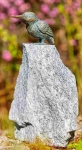 Rottenecker Bronzefigur Eisvogel Flügel zu mit Granit Findling
