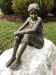 Rottenecker Bronzefigur Carina mit Rosario Findling