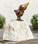 Rottenecker Bronzefigur Rabe lustig mit Stein