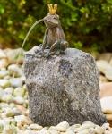 Rottenecker Bronzefigur FroschkönigKlaus mitGranitFindling, wasserspeiend