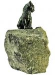 Rottenecker Bronzefigur junge Katze sitzend mit Granit Findling