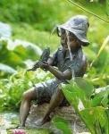 Rottenecker Bronzefigur Fritz mit Fisch, wasserspeiend