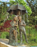 Rottenecker Bronzefigur Regenschirmidylle, wasserspeiend