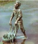 Rottenecker Bronzefigur Fischer klein, wasserspeiend