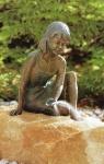 Rottenecker Bronzefigur Lene, wasserspeiend