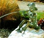Rottenecker Bronzefigur Toni mini, wasserspeiend