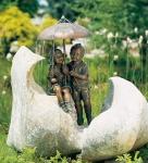 Rottenecker Bronzefigur Regenschirmkapriolen links, wasserspeiend