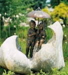 Rottenecker Bronzefigur Regenschirmkapriolen rechts, wasserspeiend