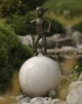 Rottenecker Bronzefigur Undorich mit Zweig auf Granitkugel