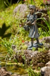 Rottenecker Bronzefigur Claudia mit Picknickkorb