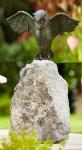 Rottenecker Bronzefigur Uhu, Flügel offen, auf Granit