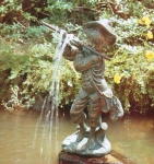 Rottenecker Bronzefigur die erste Pirsch, wasserspeiend