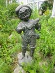 Rottenecker Bronzefigur Junge mit Fisch, wasserspeiend