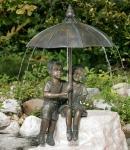 Rottenecker Bronzefigur Schirmpärchen midi, wasserspeiend