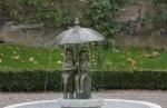 Rottenecker Bronzefigur Schirmpärchen midi mit Bronzesockel, wasserspeiend