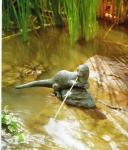 Rottenecker Bronzefigur Fischotter klein, wasserspeiend