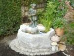 Rottenecker Bronzefigur Kleine Gärtnerin auf Granitbrunnen