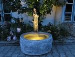 Rottenecker Bronzefigur Kassandra auf Granitbrunnen
