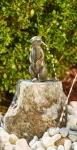 Rottenecker Bronzefigur Erdmännchen mittel, wasserspeiend auf Granit
