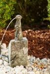 Rottenecker Bronzefigur Erdmännchen groß, wasserspeiend auf Granit
