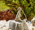 Rottenecker Bronzefigur Erdmännchen klein, wasserspeiend auf Granit